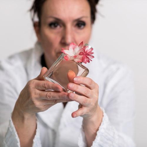 Fleur en soie Sericyne sur un flacon de parfum